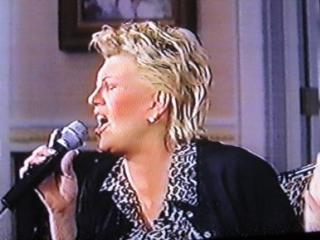 Bonnie singing on The Roseane Show, 2000 (2)